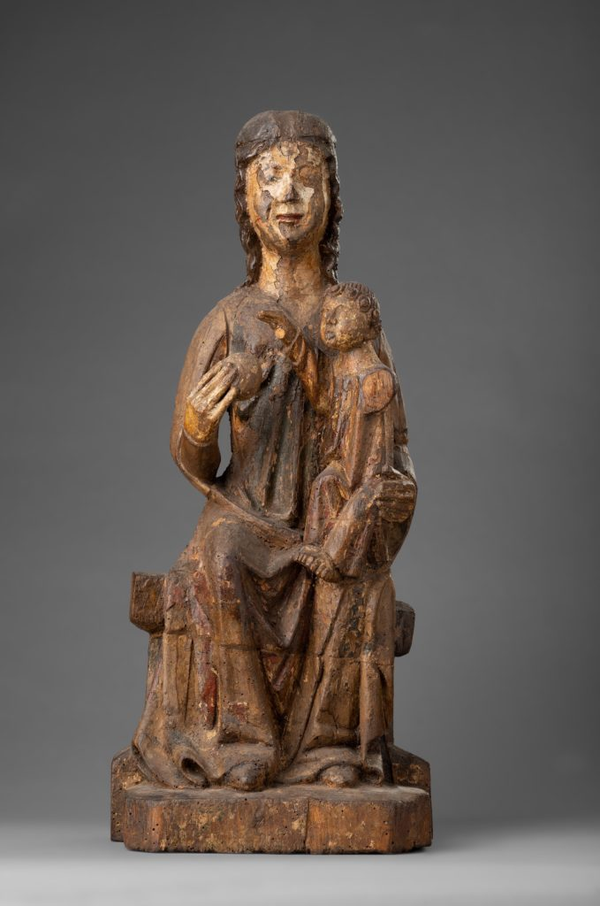 Eine Muttergottes-Statue mit Kind auf dem Thron