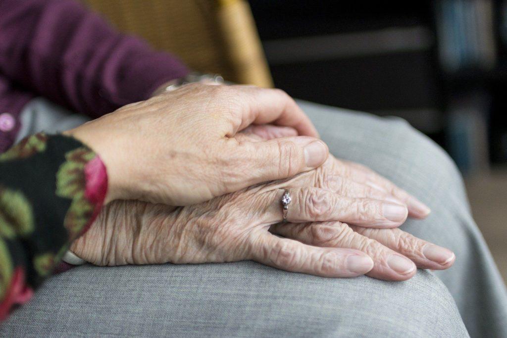 Eine Hand, die eine andere hält
