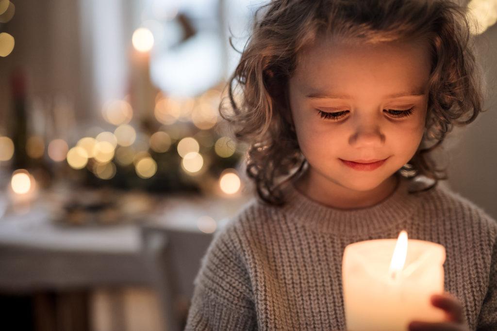 Kind mit Kerze