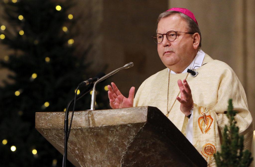 Bischof im goldenen Gewand predigt im Dom