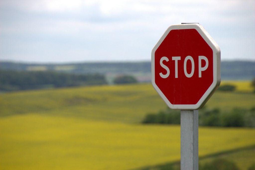 Ein Stopzeichen in der Landschaft