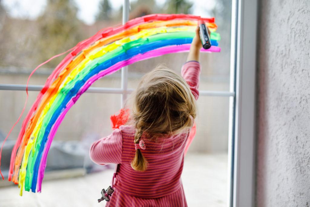 Kind malt Regenbogen