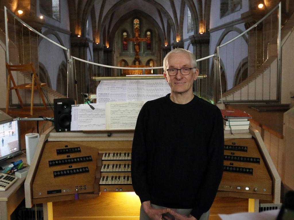 Organist vor der Orgel im Dom.