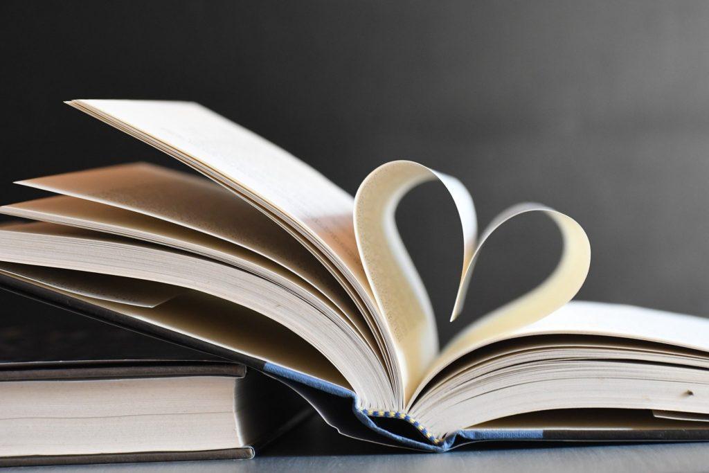 Herz aus Buchseiten gefaltet