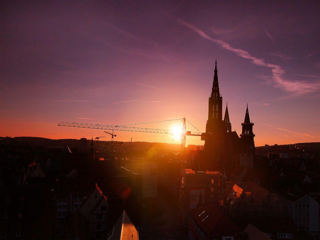 Sonne über der StadtS