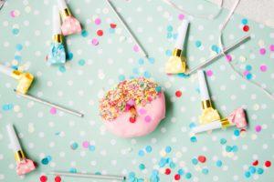 Konfetti, Donut und Partytröten