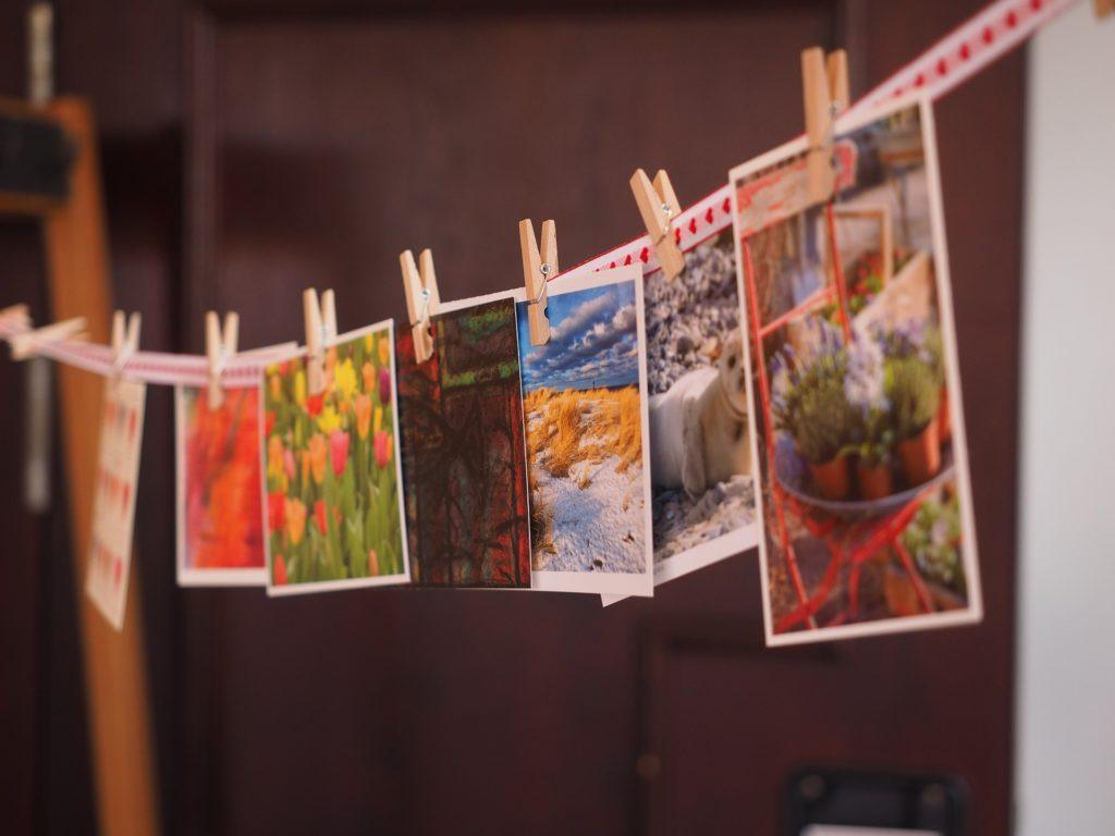 Postkarten an einer Schnur