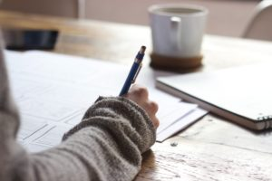 Frau schreibt etwas