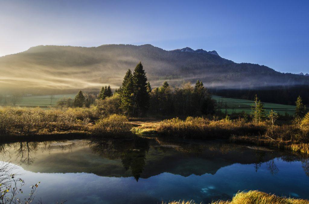 Landschaft mit Wasser und Bergen
