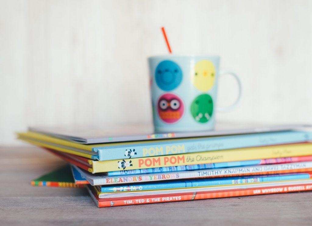 Kinderbücher und Becher