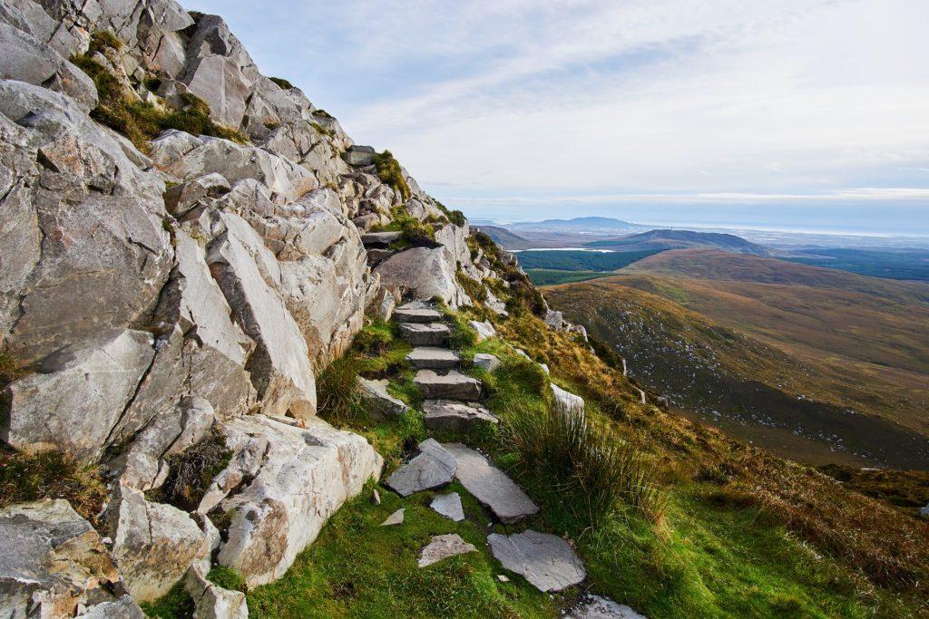 Felsentreppe in den Bergen von Irland vor Panoramakulisse