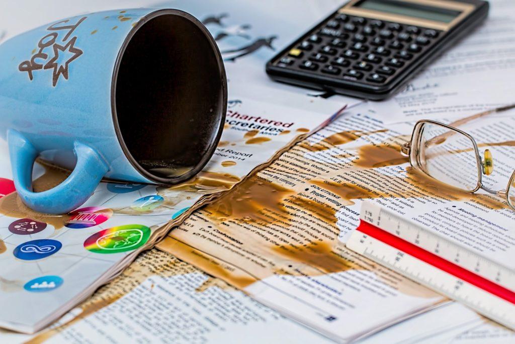 Verschütteter Kaffee auf Dokumenten