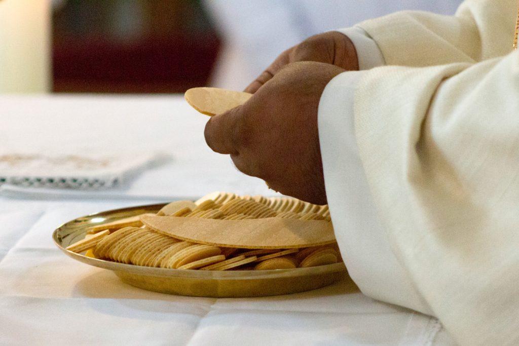 Priester mit Hostien