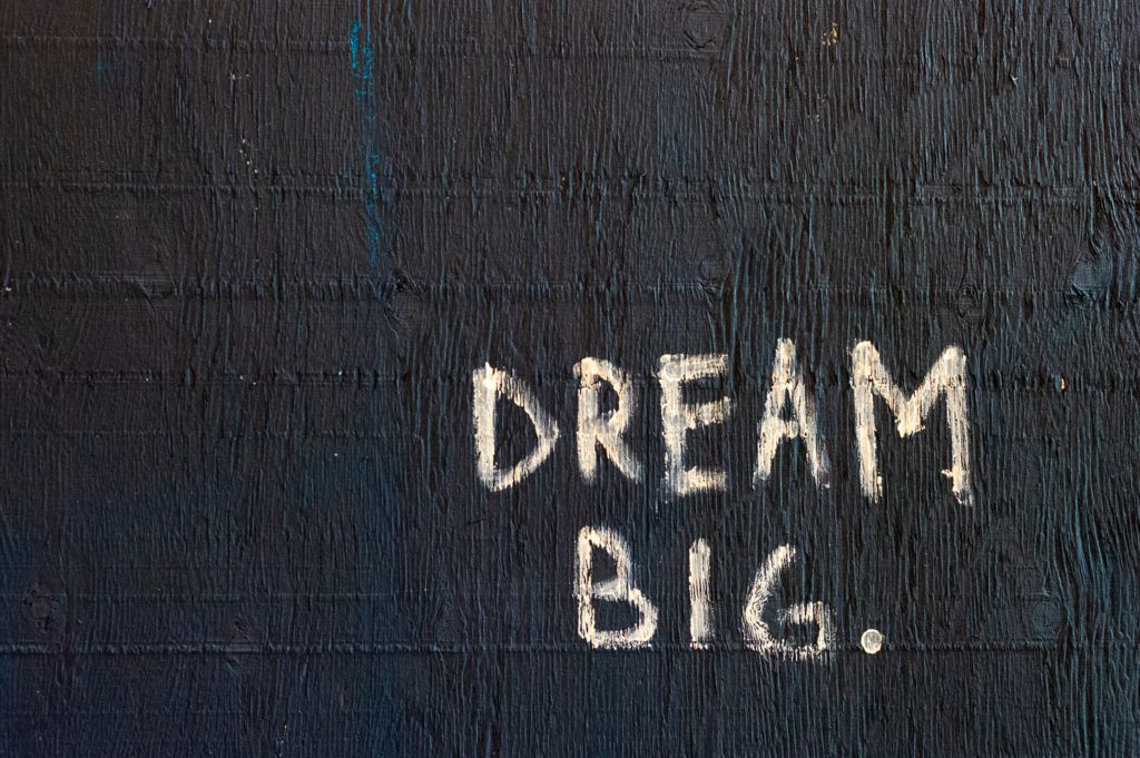 Schrift Dream Big an der Wand