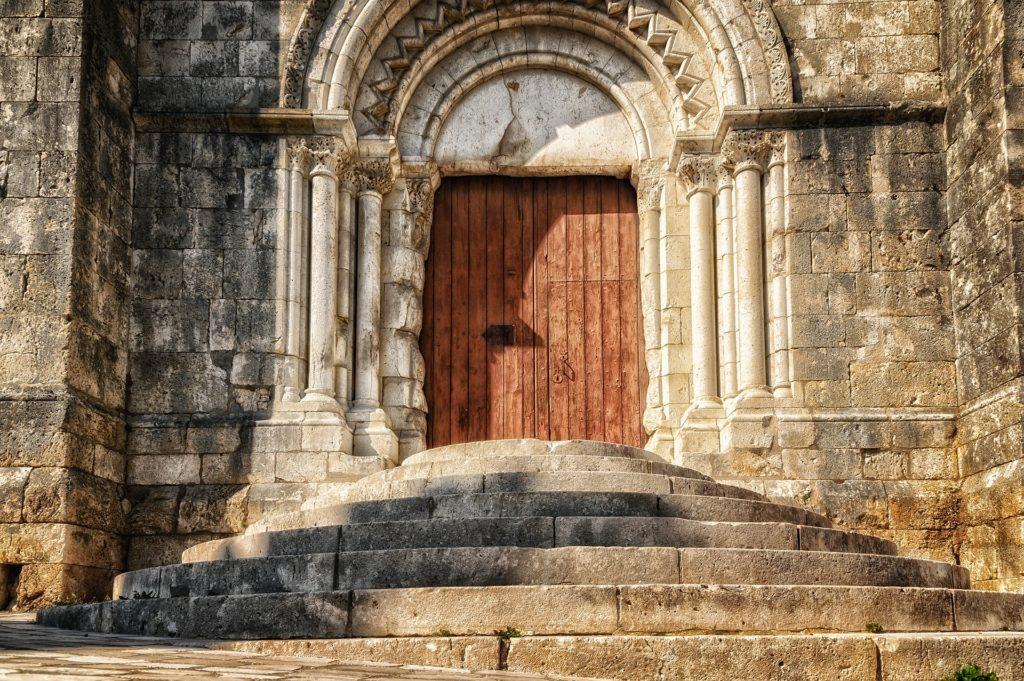 Große Tür mit Treppe