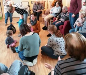 Mutter-Kind-Gruppe im Pflegeheim