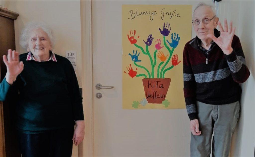 Bewohner eines Pflegeheims winken