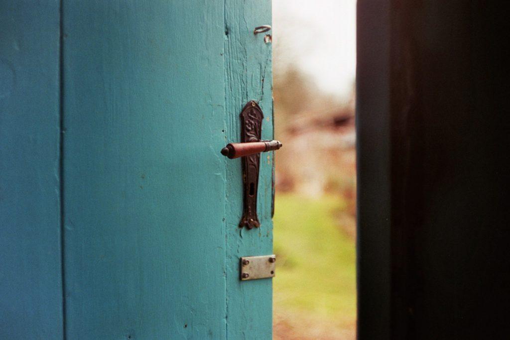 blaue geöffnete Holztür