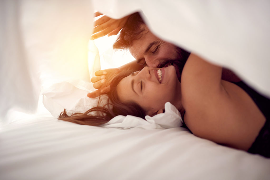 Frau und Mann im Bett