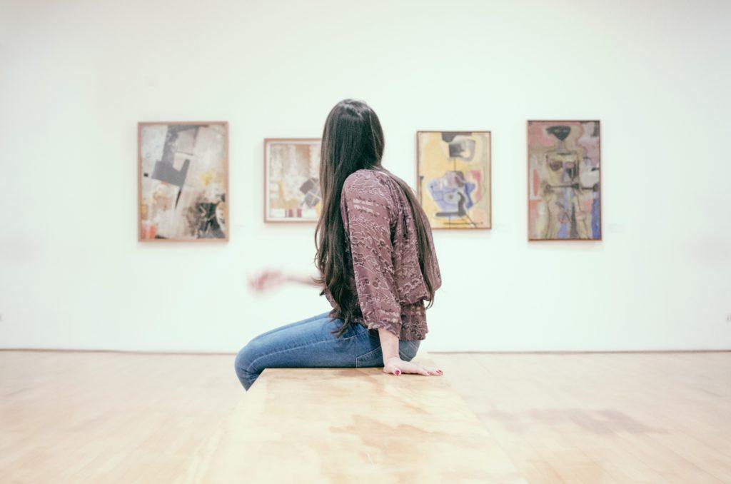 Frau sieht sich Bilder im Museum an