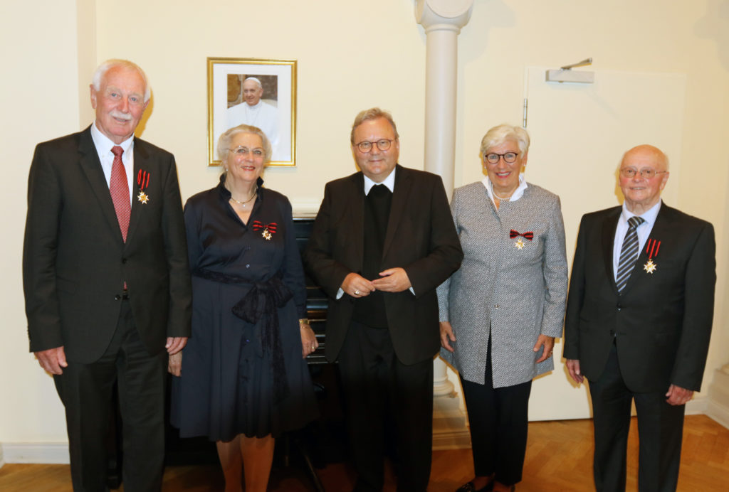 Gruppe mit vier Personen und Bischof